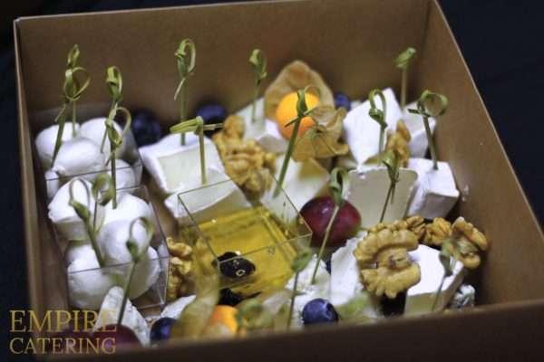 Ассорти сыров №2 (дор-блю, бри, моцарелла, грецкий орех, изюм, мед)