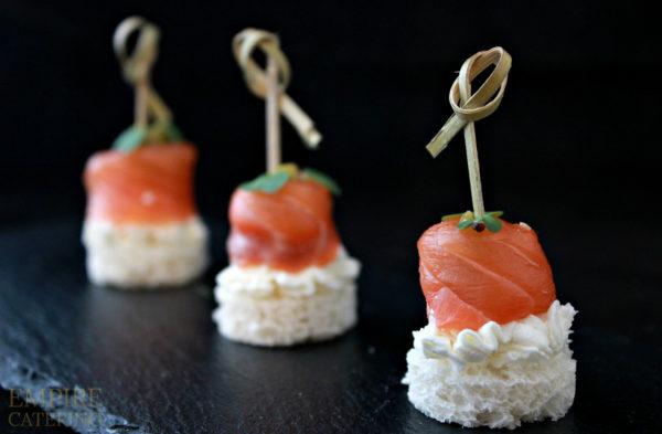 Слабосоленый лосось на свежем тосте с сливочным кремом