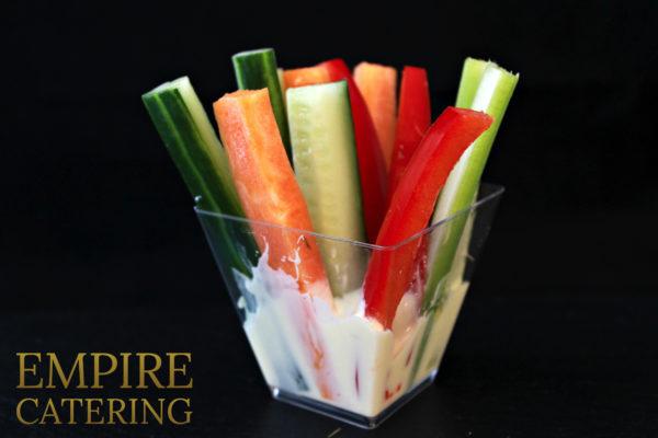 Крудите из овощей с соусом блю-чиз в шоте (сельдерей, болгарский перец, огурец, морковь) (60 гр)