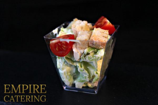"""Салат """"Цезарь"""" с салатом айсберг, куриным филе-гриль, томатами черри и сыром пармезан (50 гр)"""