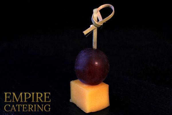 Канапе с сыром маасдам с виноградом (35 гр)