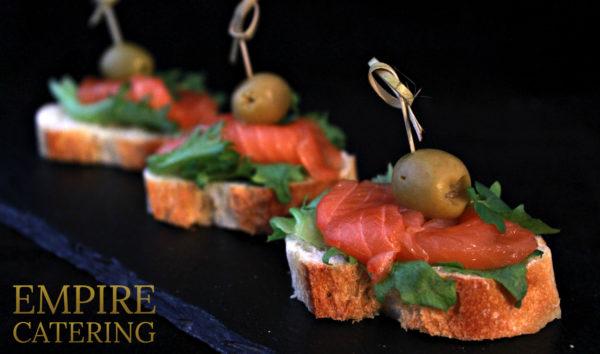 Брускетта со слабосоленым лососем, крем-чизом и оливкой (50 гр)
