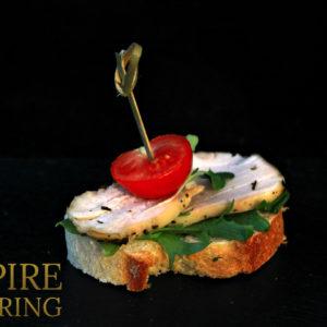 Брускетта с цыпленком, соусом Цезарь, томатом черри и базиликом (50 гр)
