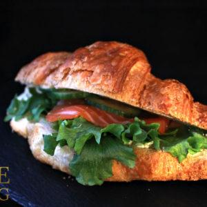 Круассан с лососем и сливочным сыром и зеленью (80 гр)