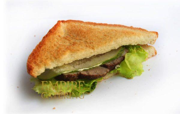 Сэндвич с бужениной, салатом, свежим огурцом и горчичным соусом (80 гр)