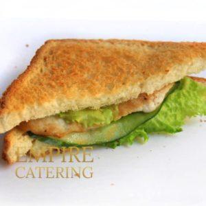 Сэндвич с куриным филе, салатом, свежим огурцом и соусом Цезарь (80 гр)